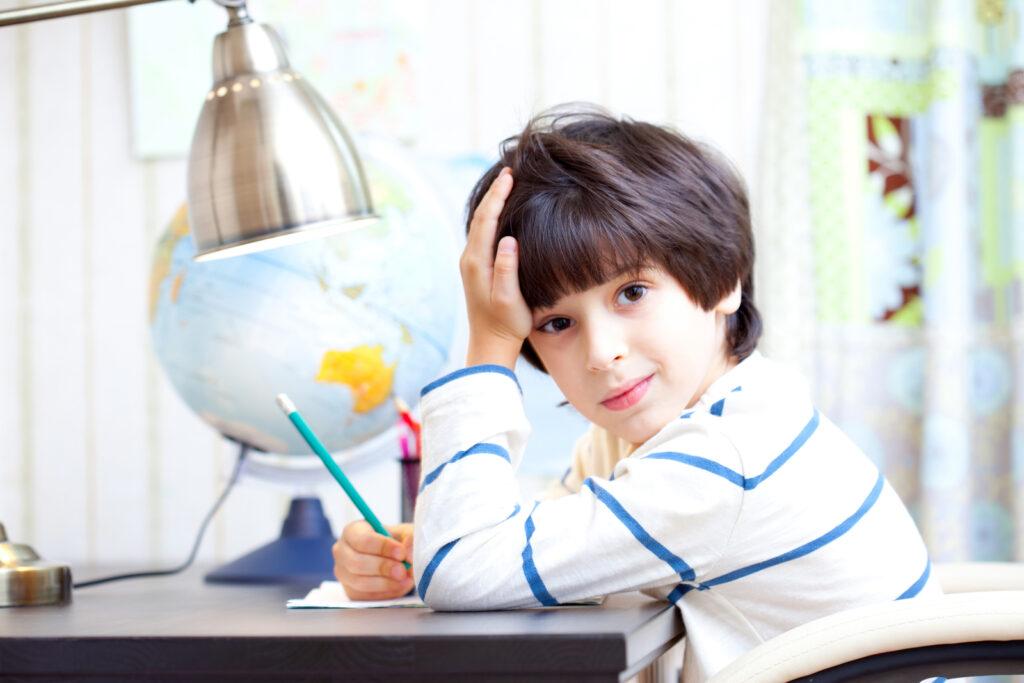 schooljongen maakt huiswerk