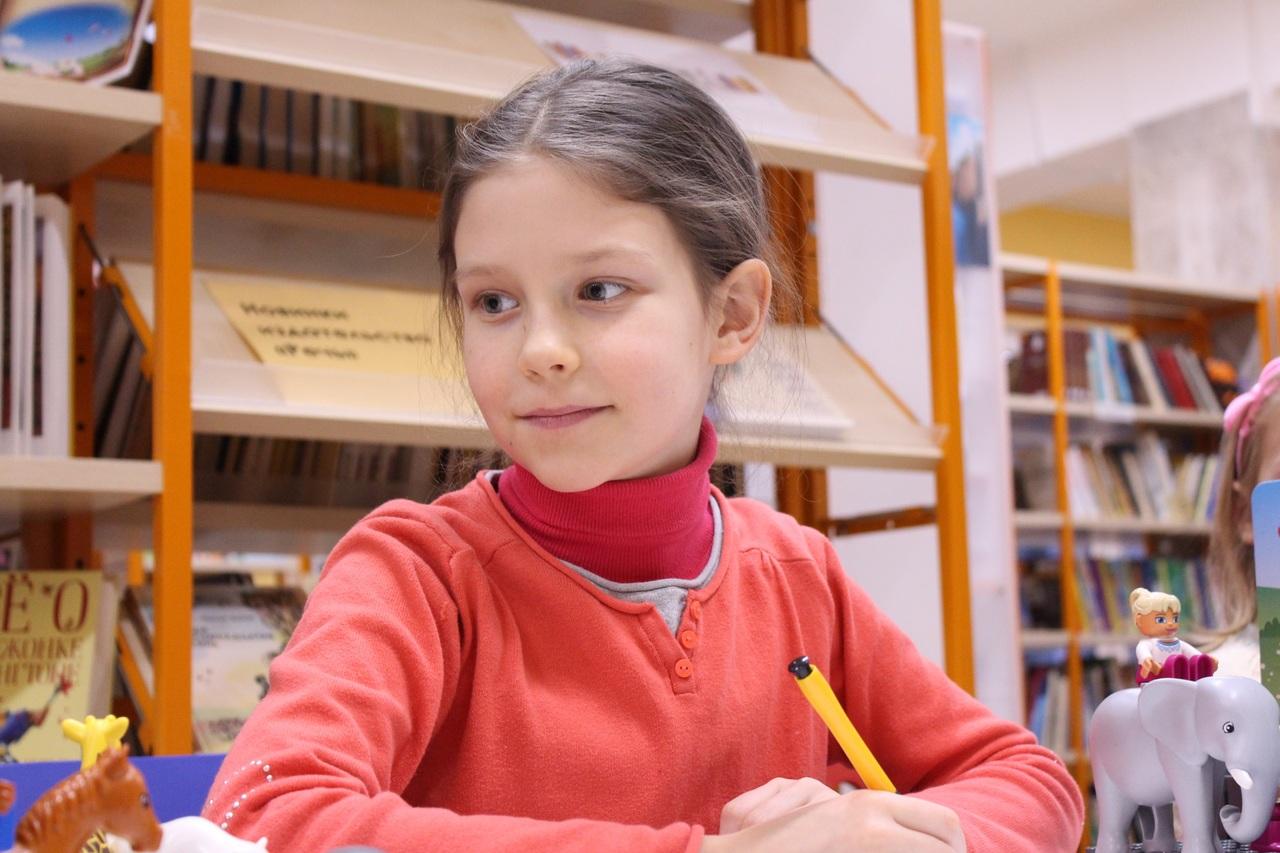 schoolmeisje schrijft